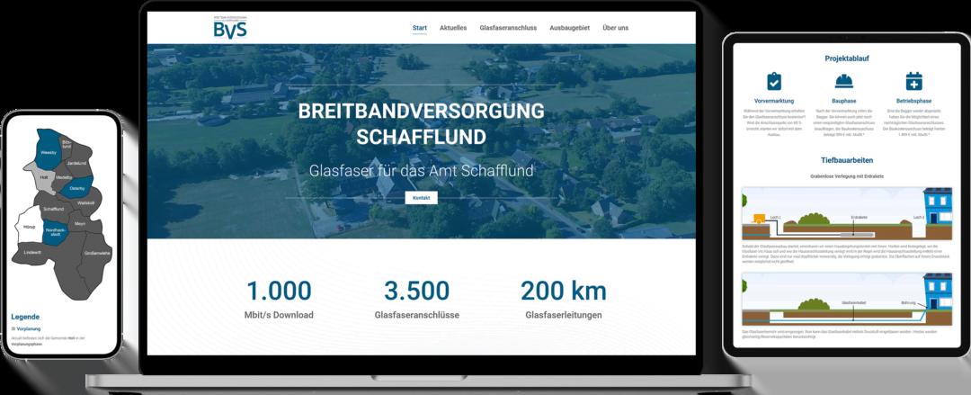 Verschiedene Geräte mit Ansichten der Projektwebsite der Breitbandversorgung Schafflund