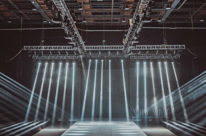 Leere Veranstaltungshalle mit Bühne und Scheinwerfern