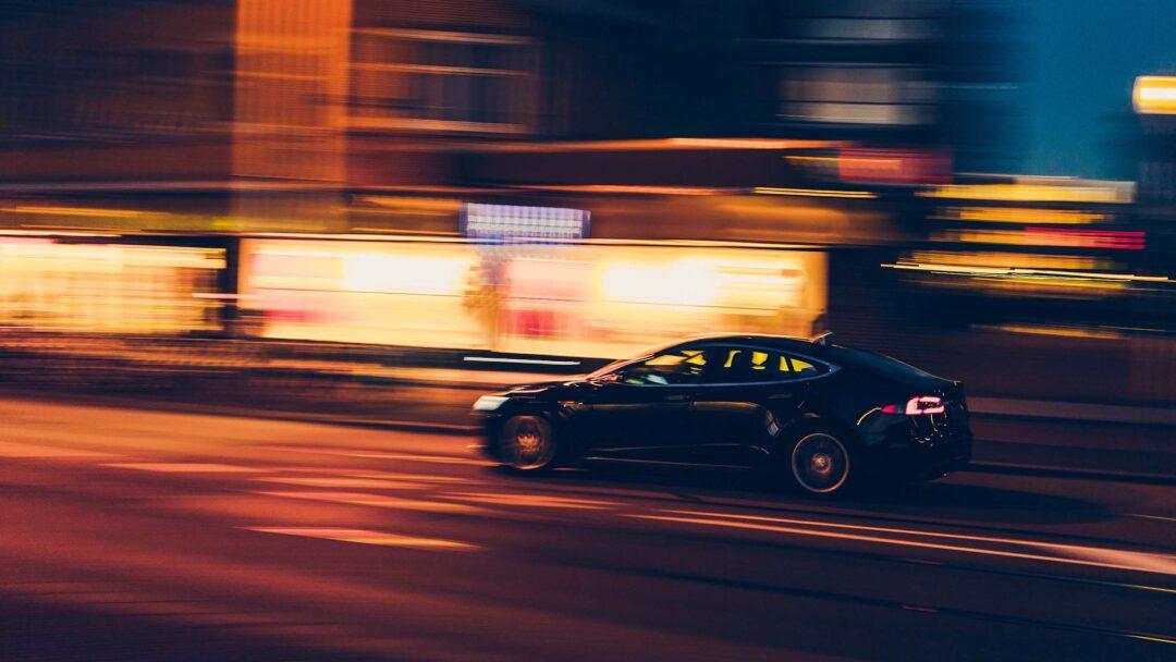 Selbstfahrender Tesla in der Stadt